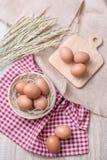 Uovo con il bordo di legno della decorazione, ciotola, cereale fotografia stock libera da diritti