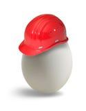 Uovo con l'elmetto protettivo fotografia stock libera da diritti