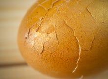 Uovo con le coperture sottili incrinate che mostrano il modello irregolare della rottura Fotografia Stock