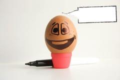 Uovo con un fronte dipinto allegro foto Fotografie Stock Libere da Diritti