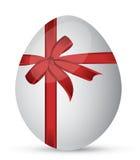 Uovo con un nastro rosso Fotografie Stock Libere da Diritti
