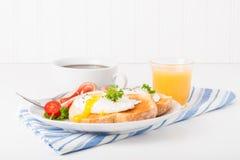 Uovo cotto in camicia su pane tostato immagini stock