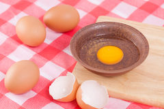 Uovo crudo in ciotola sulla tavola Fotografia Stock Libera da Diritti