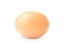 Uovo crudo del pollo su fondo bianco con il percorso di ritaglio Immagini Stock Libere da Diritti