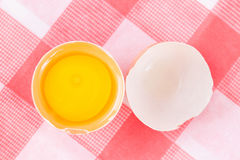 Uovo crudo sulle coperture dell'uovo Immagini Stock Libere da Diritti