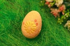 Uovo decorativo su erba verde Concetti Pasqua, uova, fatte a mano Immagini Stock Libere da Diritti