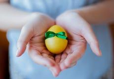Uovo decorato in mani Fotografie Stock Libere da Diritti