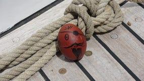 Uovo del pirata sulla piattaforma dell'yacht immagini stock libere da diritti