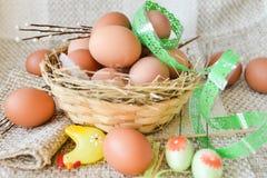 uovo del pollo nel canestro sul fondo del tessuto, preparazione per Pasqua Immagine Stock