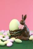 Uovo della holding del coniglietto di pasqua del cioccolato Immagini Stock Libere da Diritti