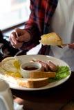 Uovo della prima colazione con la salsiccia ed il pane Fotografia Stock