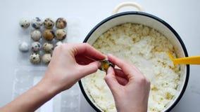 Uovo della rottura cottura dell'alimento Ingredienti di cottura, rompendo le uova, separanti tuorlo dalla proteina Ciotola di vet stock footage