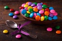 Uovo di cioccolato con il riempimento per Pasqua su fondo di legno fotografia stock libera da diritti