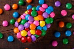 Uovo di cioccolato con il riempimento per Pasqua su fondo di legno fotografia stock