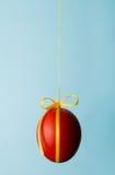 Uovo di colore rosso di Pasqua Immagine Stock