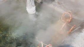 Uovo di ebollizione nella sorgente di acqua calda stock footage
