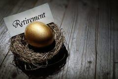 Uovo di nido dorato di risparmio di pensione Fotografie Stock Libere da Diritti