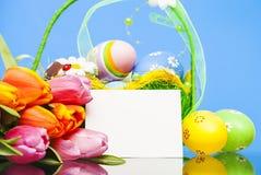 Uovo di Pasqua In cestino Fotografie Stock Libere da Diritti