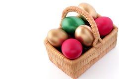 Uovo di Pasqua In cestino di vimini Immagine Stock Libera da Diritti