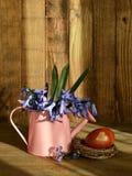 Uovo di Pasqua colorato con i fiori della buccia e della molla della cipolla Fotografie Stock Libere da Diritti