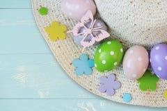 Uovo di Pasqua colorato sulla cima del cappuccio Vista superiore Spazio libero per testo immagini stock libere da diritti