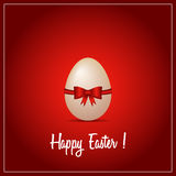Uovo di Pasqua con backround rosso Fotografia Stock
