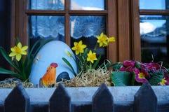 Uovo di Pasqua con i narcisi dalla finestra in Zermatt Fotografia Stock