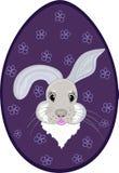 Uovo di Pasqua con il bello coniglietto Immagine Stock