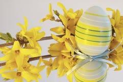 Uovo di Pasqua con il fiore Immagini Stock