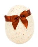 Uovo di Pasqua Con il percorso di residuo della potatura meccanica Fotografia Stock