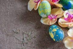Uovo di Pasqua con l'orchidea su tela da imballaggio Immagini Stock Libere da Diritti
