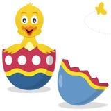 Uovo di Pasqua Con la sorpresa del pulcino Immagine Stock Libera da Diritti