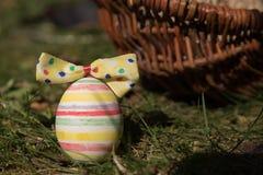 Uovo di Pasqua davanti ad un canestro Fotografia Stock Libera da Diritti