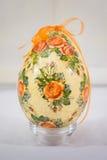 Uovo di Pasqua decorato con i fiori fatti dalla tecnica di decoupage fotografia stock libera da diritti