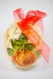Uovo di Pasqua decorato con i fiori fatti dalla tecnica di decoupage immagini stock libere da diritti