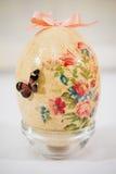 Uovo di Pasqua decorato con i fiori fatti dalla tecnica di decoupage immagine stock