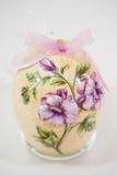Uovo di Pasqua decorato con i fiori fatti dalla tecnica di decoupage immagine stock libera da diritti