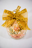 Uovo di Pasqua decorato con i fiori fatti dalla tecnica di decoupage fotografia stock