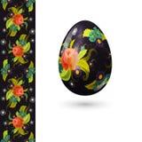 Uovo di Pasqua decorato con il bello modello floreale ed il modello senza cuciture con le rose Fotografie Stock Libere da Diritti