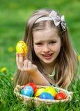 Uovo di Pasqua del ritrovamento del bambino all'aperto Fotografie Stock Libere da Diritti