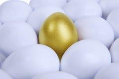 Uovo di Pasqua dell'oro nel mezzo Immagini Stock Libere da Diritti