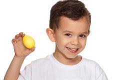 Uovo di Pasqua della holding del ragazzo Immagini Stock Libere da Diritti