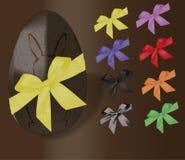 Uovo di Pasqua di Chocolat con i ribons ed il coniglietto Immagine Stock Libera da Diritti