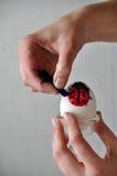 Uovo di Pasqua di coloritura Immagine Stock Libera da Diritti