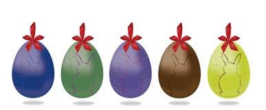 Uovo di Pasqua di 5 con ribonn ed il coniglietto rossi Fotografia Stock Libera da Diritti