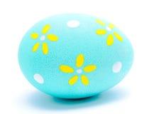 Uovo di Pasqua dipinto del turchese isolato Immagine Stock