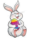 Uovo di Pasqua dipinto tenuta di risata adorabile del coniglietto Immagine Stock Libera da Diritti