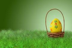 Uovo di Pasqua dipinto in un canestro Fotografie Stock