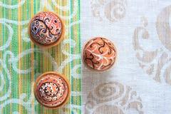 Uovo di Pasqua dipinto variopinto fatto a mano contro la tovaglia di corrispondenza Fotografie Stock Libere da Diritti
