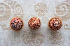 Uovo di Pasqua dipinto variopinto fatto a mano contro la tovaglia di corrispondenza Immagini Stock Libere da Diritti